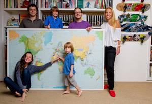 """Prole reunida. Patricia Valansi (à direita), autora de """"Rio de Janeiro para crianças"""", entre os cinco filhos Foto: fotos de Divulgação/Mariana Vianna"""