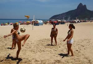 Em Ipanema, banhistas jogam altinho na área onde a atividade é permitida Foto: Jorge William / O Globo