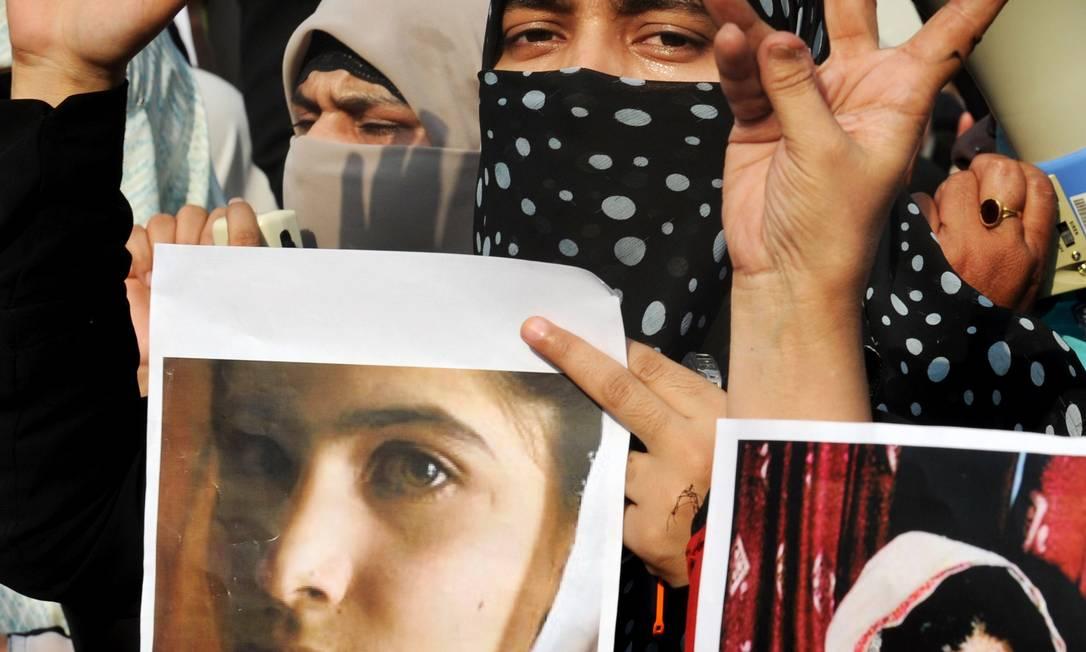 Silenciada. Paquistanesas exibem fotos de Malala durante um protesto na cidade de Lahore Foto: Arif Ali/AFP