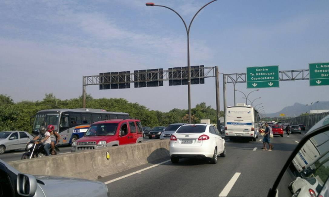 Trânsito intenso na véspera de feriado na Ilha do Governador Foto: Maísa Capobiango