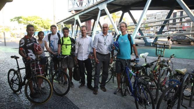 Ciclistas com Altamirando Moraes (segundo à esquerda) Foto: Eduardo Naddar / Agência O Globo