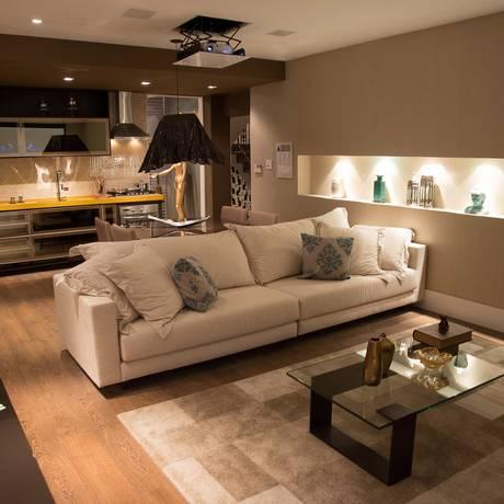 """O espaço """"Sala e cozinha do casal"""", assinado pela designer Foto: Márcio Monteiro/LSchuback Assessoria"""