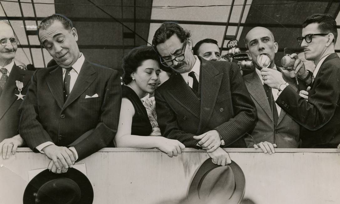 (05/11/1957) Presidente Juscelino Kubitschek, Ivete Vargas, Jânio Quadros e Ulysses Guimarães (fando ao microfone) Foto: Arquivo O Globo