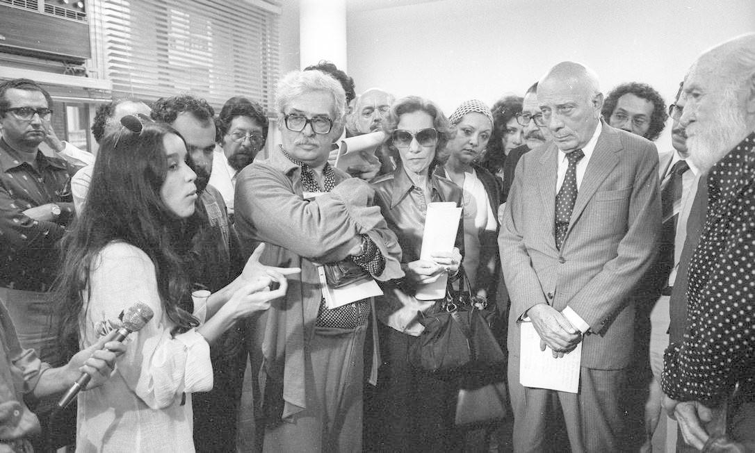 (13/08/1979) Artistas entregam manifesto ao então deputado Ulysses Guimarães. Na foto, Lucélia Santos, Sergio Brito e Wanda Lacerda Foto: Arquivo O Globo