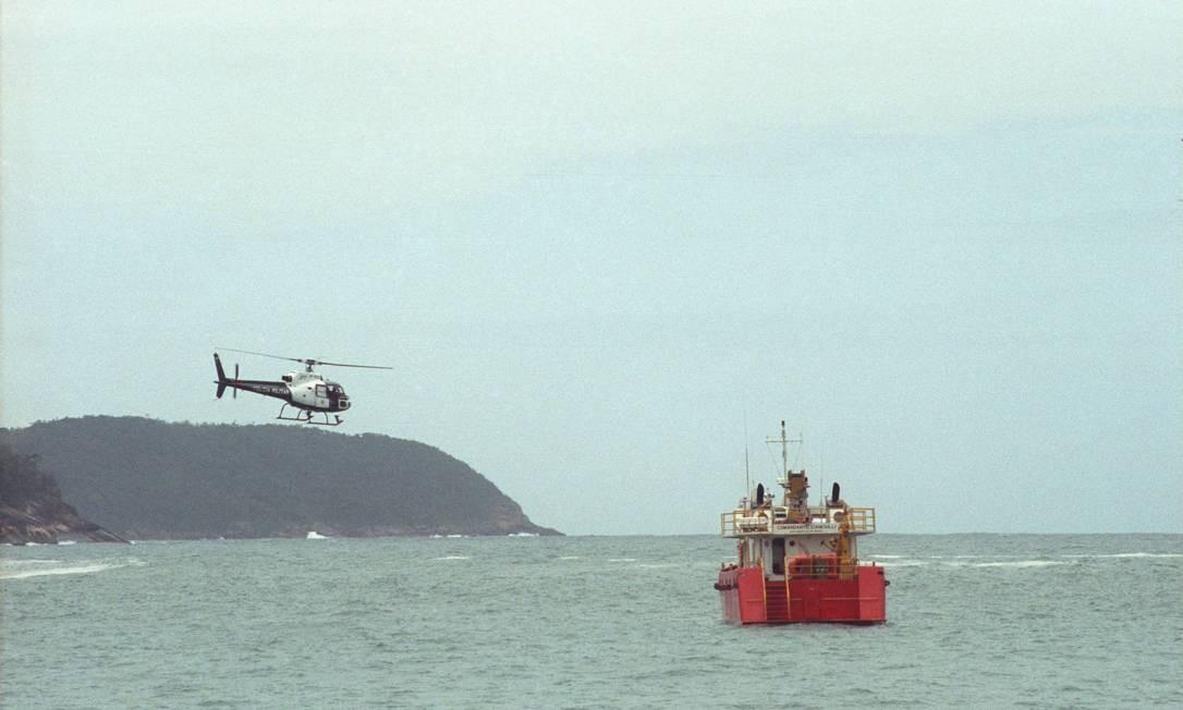 (22/10/1992) Ulysses e sua mulher morreram em acidente de helicópero em Angra dos reis. Na foto, as buscas pelos corpos Foto: Arquivo O Globo