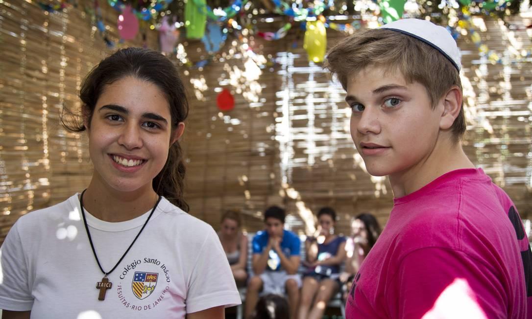 A católica Clara Braem e Marcelo Liberman, aluno do Liessin, durante o encontro no colégio Foto: Paula Giolito