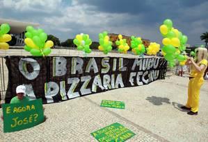 Balões em frente ao Supremo Tribunal Federal (STF), para mostrar apoio à condenação de políticos envolvidos com o mensalão Foto: Gilvado Barbosa / Agência O Globo