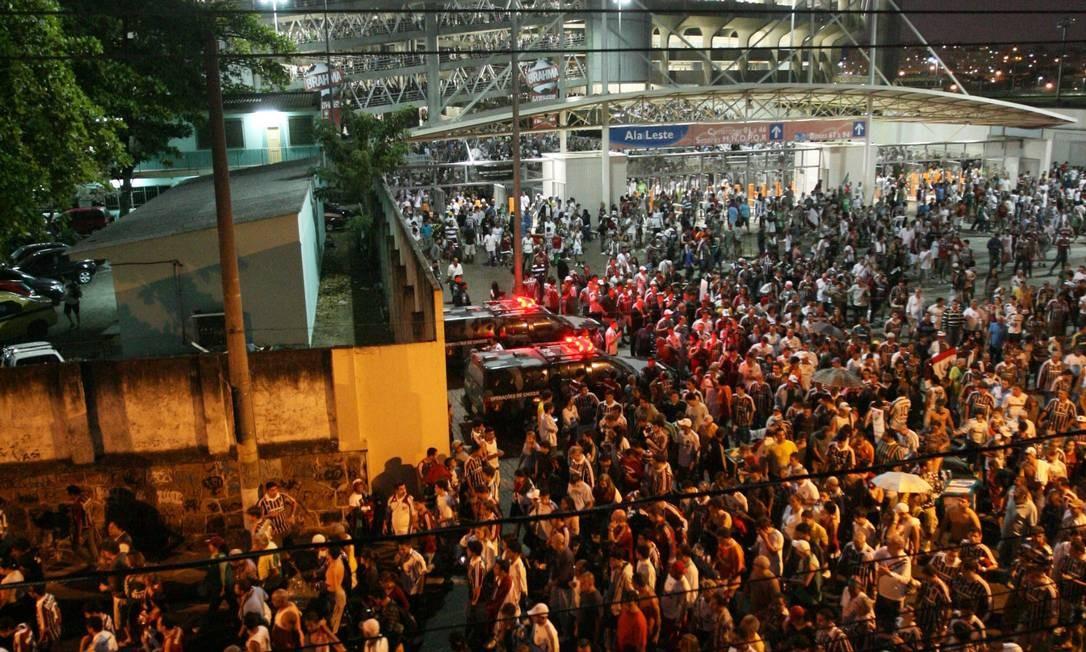 Formigueiro humano. Torcedores se aglomeram na ala leste do estádio: ruas estreitas são um dos problemas no entorno do Engenhão Foto: Laura Marques/11-09-2011 / O Globo
