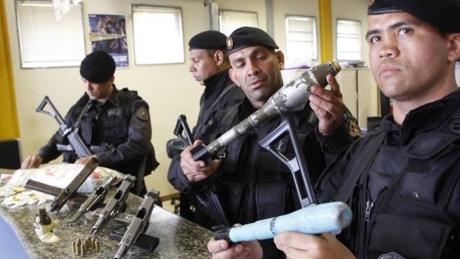 Policiais do Bope apresentam armas apreendidas no Juramento Foto: Roberto Moreyra / Extra / O Globo