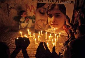 Vigília. Crianças paquistanesas rezam pela recuperação da estudante de 14 anos Malala Yousufzai, baleada na última terça-feira por falar em apoio para a educação das mulheres Foto: AP