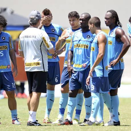 Oswaldo de Oliveira orienta o time antes de um treino Foto: Alexandre Cassiano / O Globo