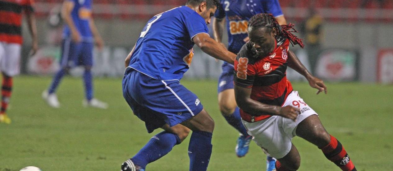 Vágner Love tenta passar pela marcação do Cruzeiro. Atacante não esteve bem na partida Foto: Márcio Alves / O Globo