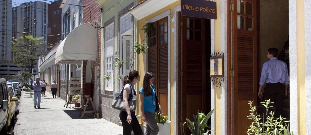Vias como a Rua Néri Pinheiro agora tem restaurantes e pequenas lojas Foto: Mônica Imbuzeiro / O Globo