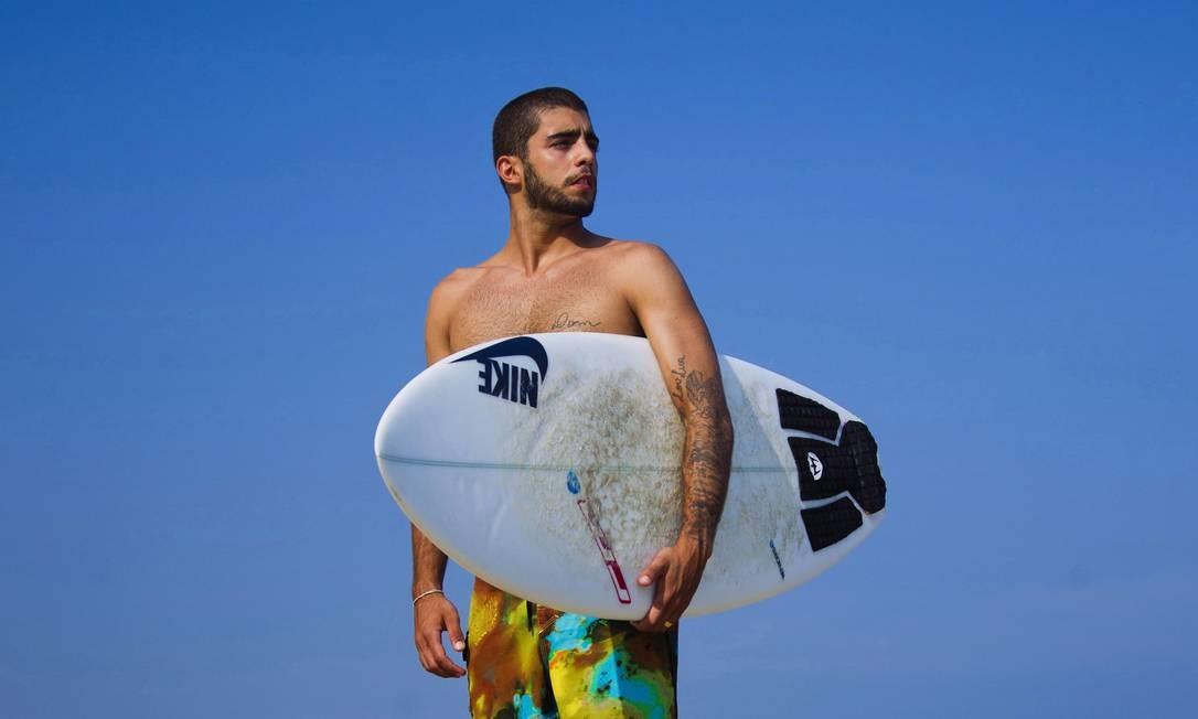 Respeitado como surfista profissional, o que mais incomoda Scooby é ser tratado como celebridade Foto: Leonardo Aversa / O Globo