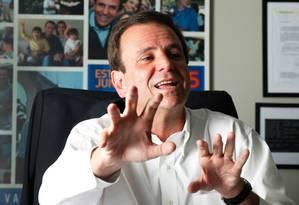 Paes foi entrevistado por equipe do GLOBO em seu gabinete Foto: Ana Branco / O Globo