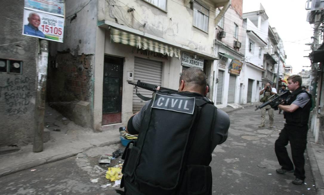 Na chegada dos policiais ao Jacarezinho foram ouvidos fogos de artifício e seis tiros foram disparados, mas não há informações de feridos Foto: Fabiano Rocha/ Agência Globo