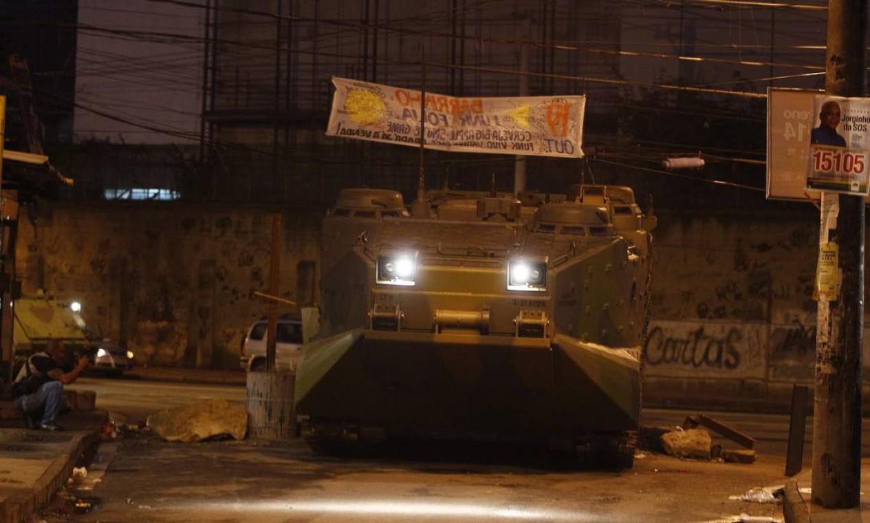 Em Manguinhos os policiais militares tiveram apoio dos fuzileiros navais Foto: Pablo Jacob/ Agência Globo