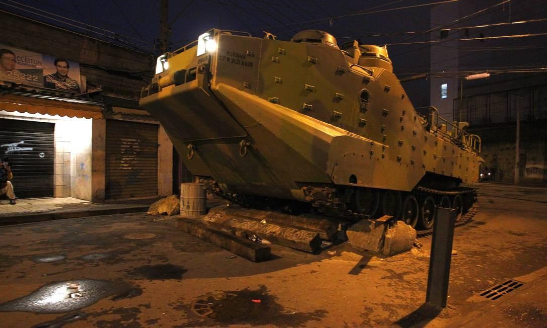 Os tanques tiveram que ultrapassar barricadas de concreto no acesso à favela Foto: Pablo Jacob/ Agência Globo