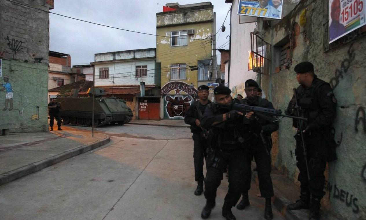 Em apenas dez minutos, todo o Complexo de Manguinhos foi ocupado pelos policiais Foto: Pablo Jacob/ Agência Globo