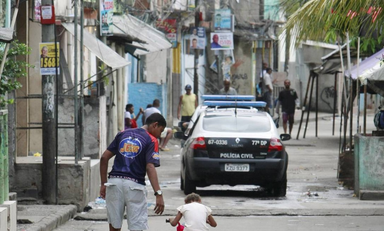 Horas após a ocupação do Complexo de Manguinhos por policiais os moradores já saíam às ruas Foto: Fabiano Rocha/ Agência O Globo