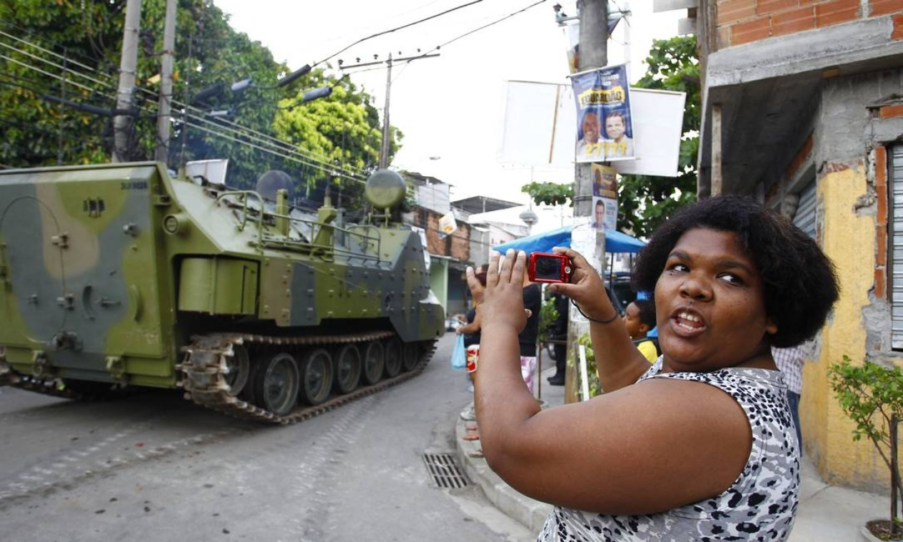 Os blindados da Marinha e da Polícia Militar foram as grandes estrelas da operação Foto: Foto Pablo Jacob/ Agência O Globo