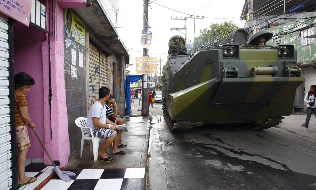 Durante a manhã os blindados acabaram fazendo parte da paisagem da favela Foto: Foto Pablo Jacob/ Agência O Globo