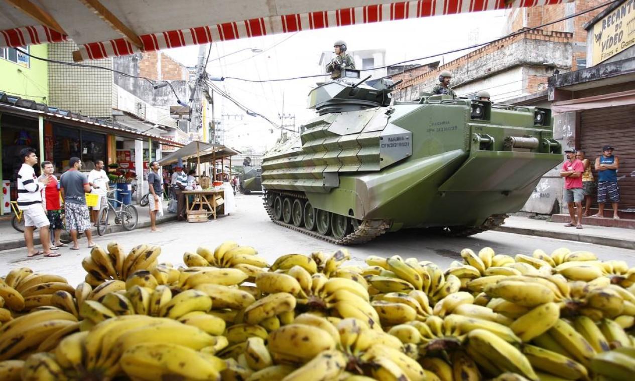 O comércio abriu e as pessoas circularam normalmente pelas ruas da comunidade Foto: Foto Pablo Jacob/ Agência O Globo