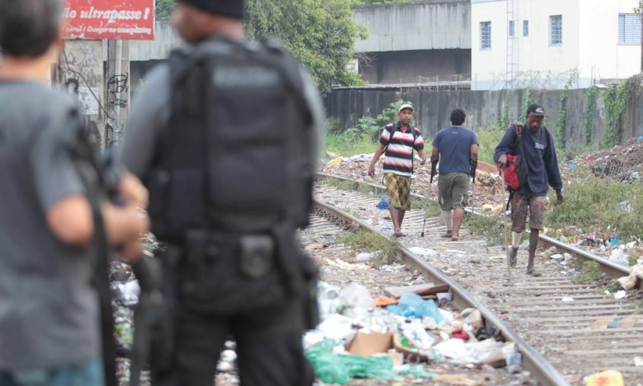 Na favela do Jacarezinho os policiais ocuparam até a linha do trem, conhecido reduto de consumidores de crack Foto: Márcia Foletto/ Agência O Globo