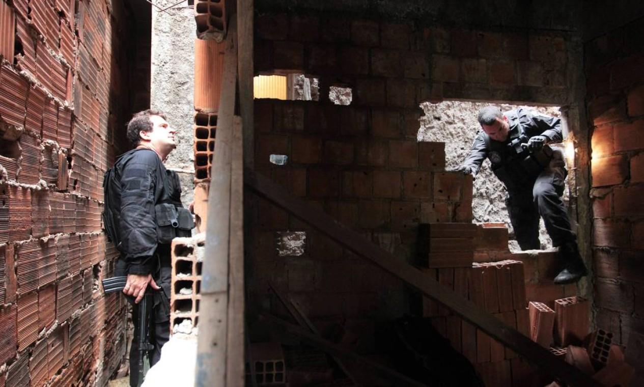 Em uma casa abandonada no Jacarezinho os policiais encontraram uma pequena quantidade de drogas Foto: Márcia Foletto/ Agência O Globo