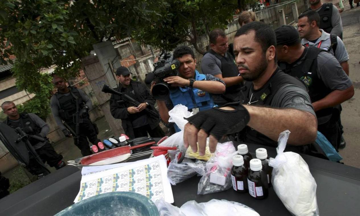 Dez quilos de pasta de cocaína e material para misturar a droga foram apreendidos no Jacarezinho Foto: Fabiano Rocha/ Agência O Globo