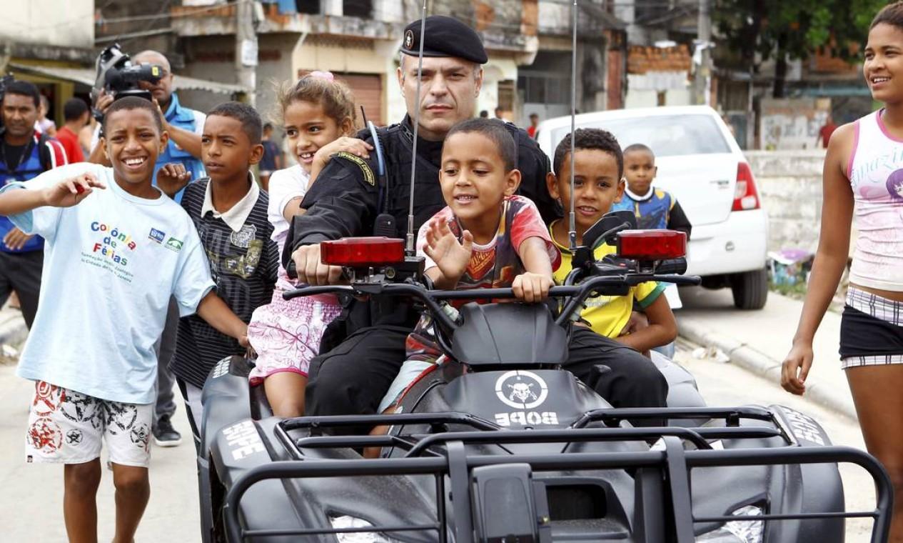 Até as crianças aproveitaram para pegar uma carona do quadriciclo da Polícia Militar com o major Busnelo, do Bope Foto: Pablo Jacob/ Agência O Globo