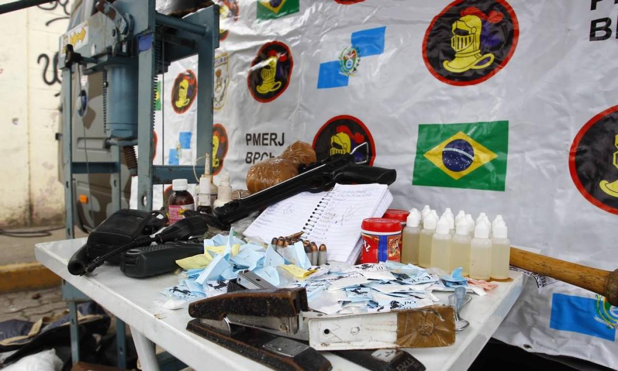 Parte do material apreendido na operação, que envolveu policiais civis, militares e blindados dos Fuzileiros Navais Foto: Pablo Jacob / O Globo