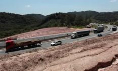 Obras. Trecho da Rodovia Régis Bittencourt em São Paulo, na altura da Serra do Cafezal, passa por duplicação: as estradas representam 65,6% da matriz de transporte no país. Nos EUA, outro país continental, por exemplo, fatia é de 38% Foto: Michel Filho