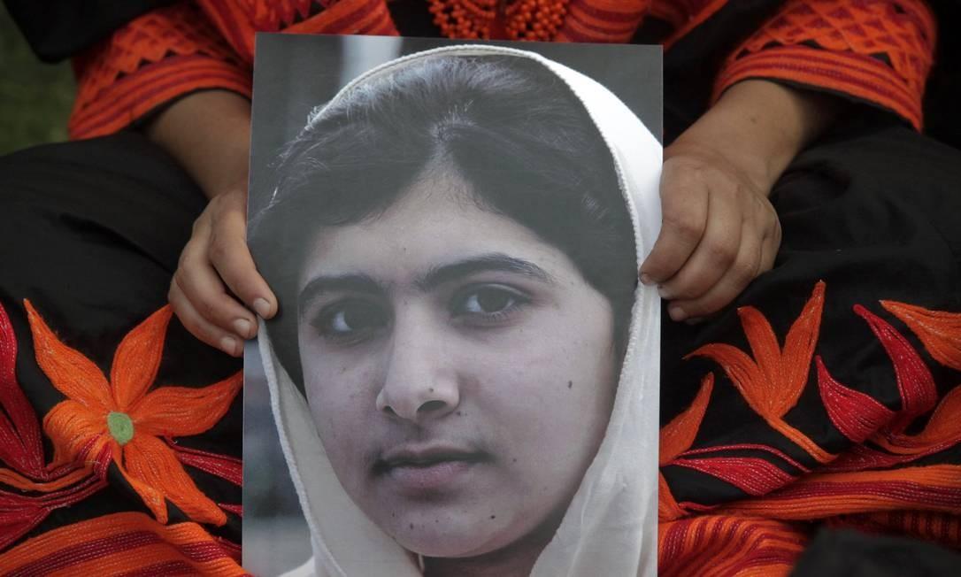 Estudante segura uma imagem de Malala Foto: Reuters