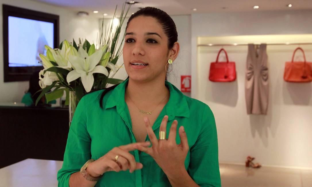 A vendedora Thaynara Nunes não consegue controlar os impulsos de compra Foto: Givaldo Barbosa / Agência O Globo