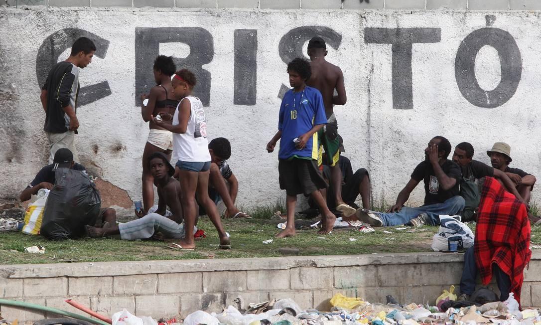 Degradação. Usuários de crack se reúnem num acesso da Ilha do Governador, em frente à nova sede do Batalhão de Operações Especiais Foto: Urbano Erbiste / Extra/O Globo