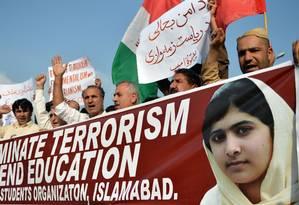 Paquistaneses participam de protesto contra a tentativa de morte de Malala Yousafzai: menina foi atingida por tiros por defender educação para meninas e criticar Talibã Foto: AAMIR QURESHI / AFP