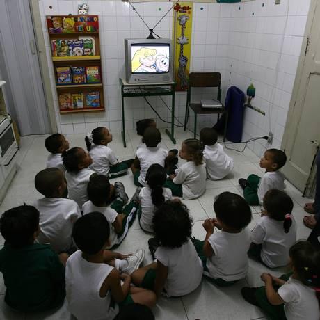 Debate sugere que crianças fiquem menos tempo na frente da TV Foto: Carlos Ivan/07.05.2008