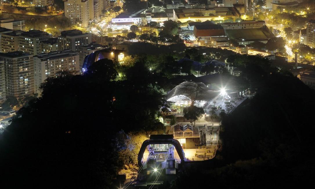 Vista noturna do Morro da Urca, a partir do Pão de Açúcar: Área ganhará um plano inclinado para cadeirantes Foto: Custodio Coimbra / O Globo