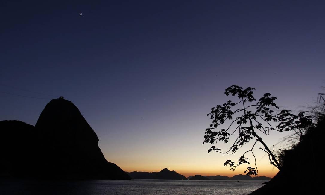 O gigante em granito se destaca na paisagem da Baía de Guanabara Foto: Custodio Coimbra / O Globo