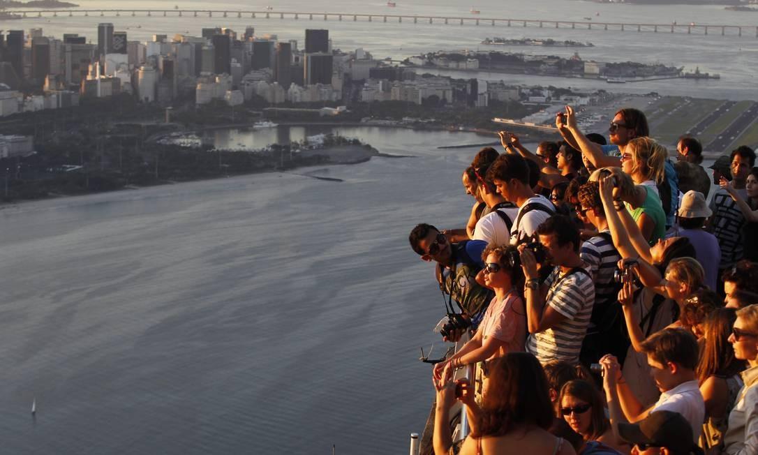 Fim de tarde no mirante do Morro da Urca: complexo do Pão de Açúcar recebeu 1,33 milhão de visitantes em 2011 Foto: Custodio Coimbra / O Globo