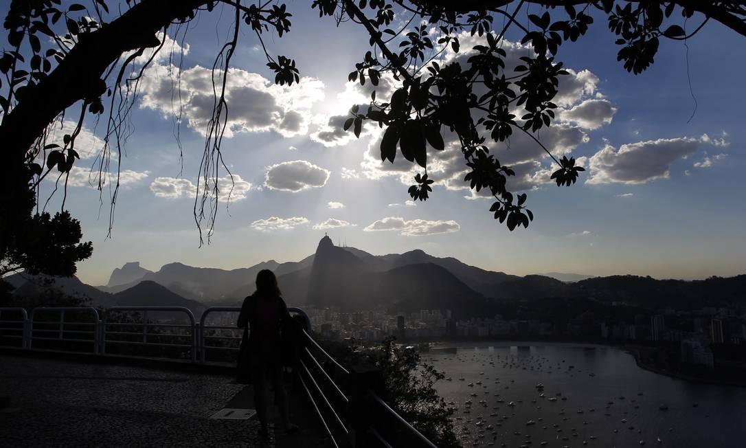A visão de tirar o fôlego do Corcovado e da Pedra da Gávea, num fim de tarde, no Pão de Açúcar Foto: Custodio Coimbra / O Globo