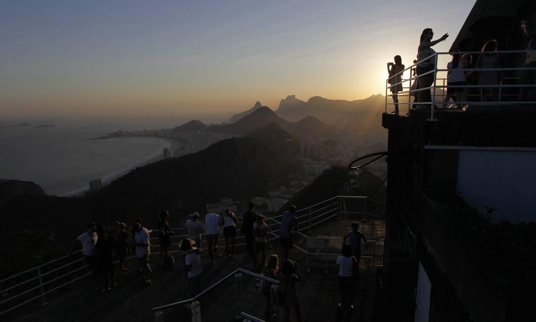 O pôr do sol visto do Morro da Urca destaca a geografia das montanhas na Zona Sul do Rio Foto: Custodio Coimbra / O Globo