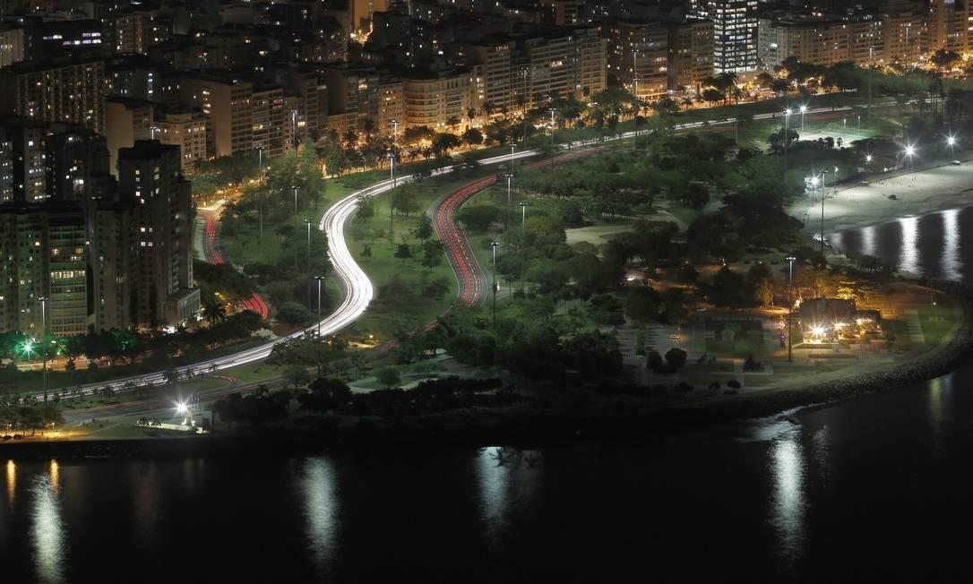 As curvas do Aterro do Flamengo à noite para quem está no Morro da Urca Foto: Custódio Coimbra / O Globo