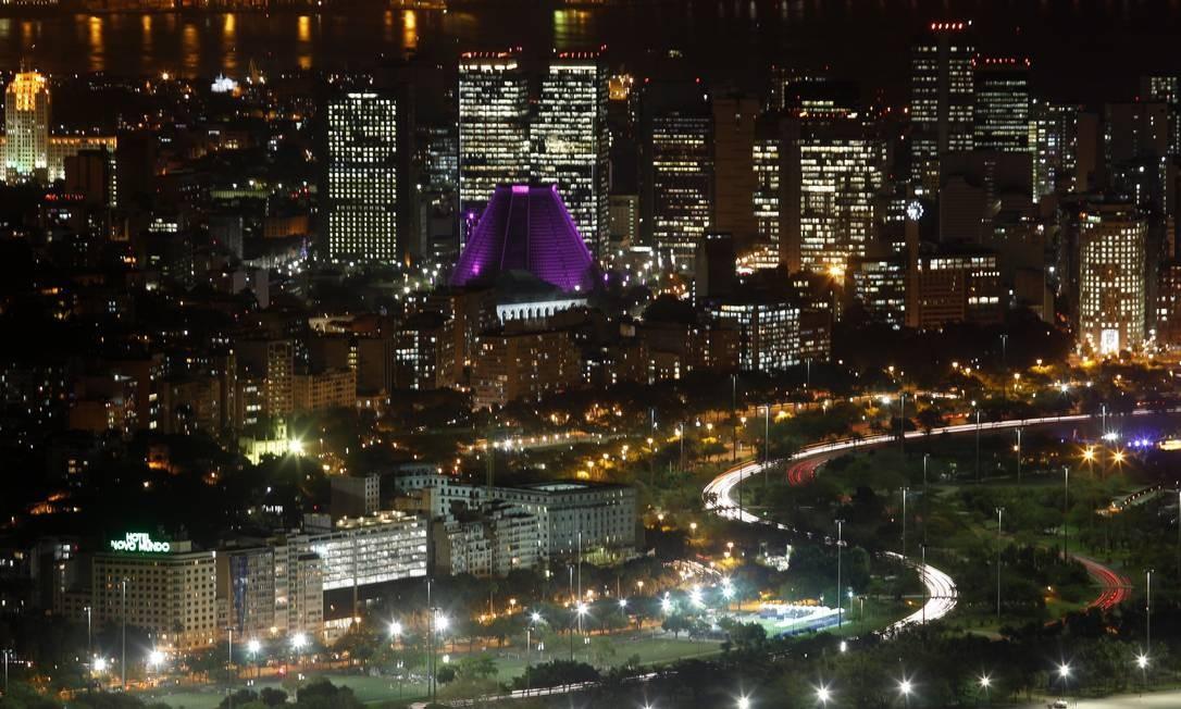 A iluminação rosa da Catedral Metropolitana ganha destaque na paisagem noturna observada do alto Foto: Custodio Coimbra / O Globo