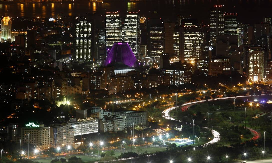A iluminação rosa da Catedral Metropolitana ganha destaque na paisagem noturna observada do alto Custodio Coimbra / O Globo