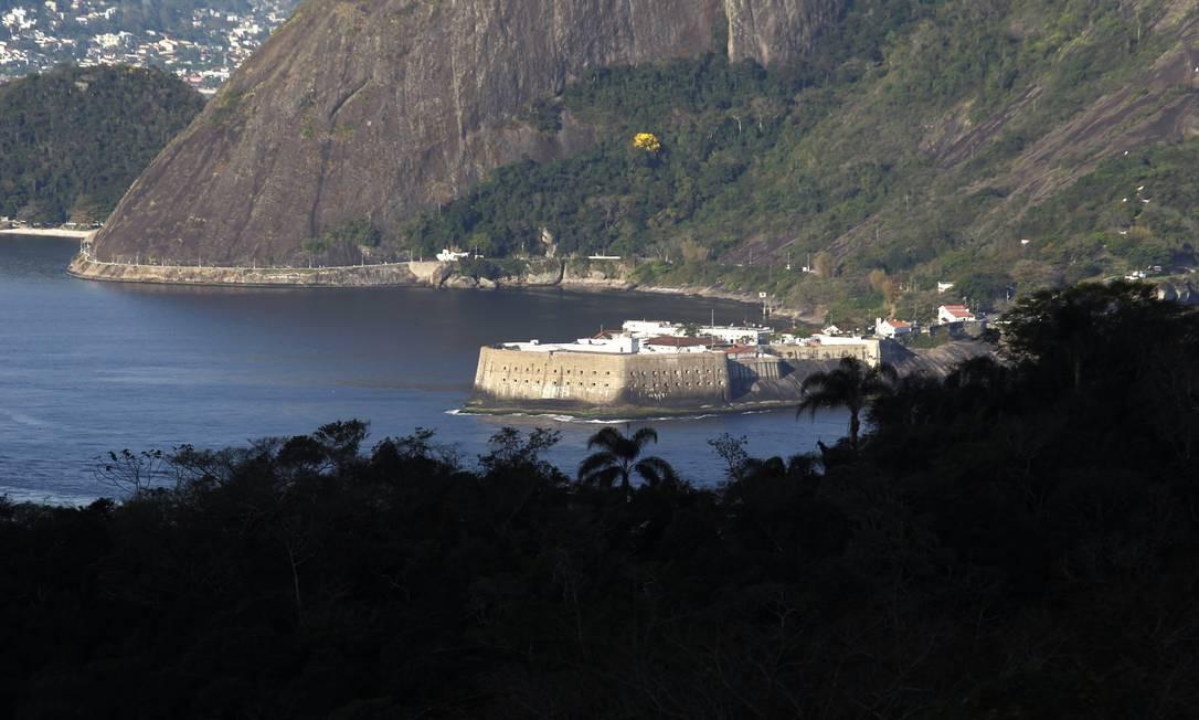 Do Pão de Açúcar, vê-se de pertinho a Fortaleza de Santa Cruz, do outro lado da Baía de Guanabara, em Niterói Foto: Custodio Coimbra / O Globo