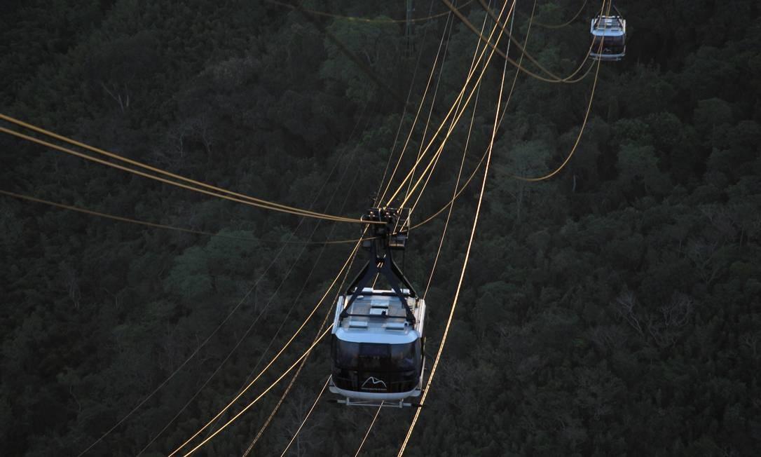 Os bondinhos viajam pelos cabos do caminho aéreo. A água que abastece o Pão de Açúcar segue por uma tubulação paralela Foto: Custodio Coimbra / O Globo