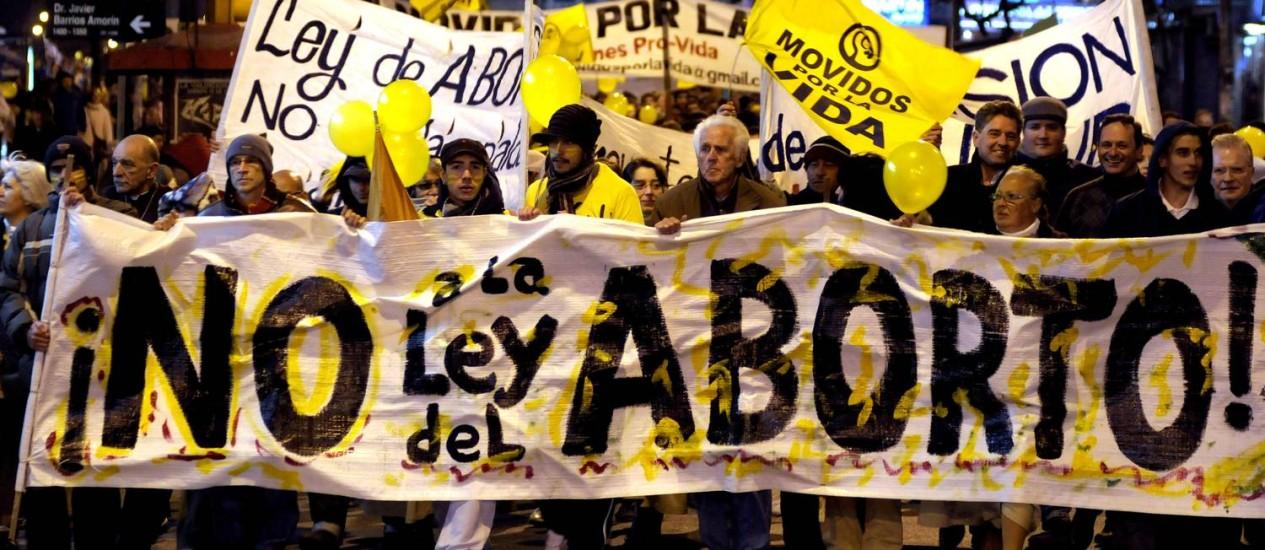 Uruguaios protestam contra a aprovação da lei que legaliza o aborto, aprovada pela Câmara dos Deputados em setembro, e pelo Senado nesta quarta-feira Foto: AP Photo/Matilde Campodonico/Arquivo