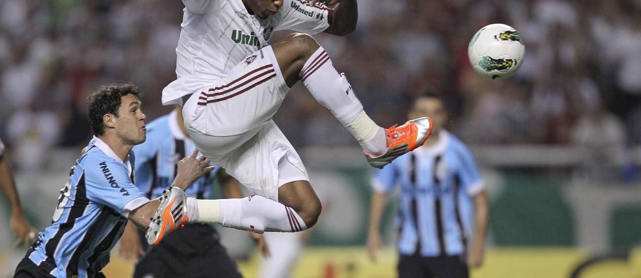 Digão chuta para marcar o primeiro gol do Fluminense Foto: Alexandre Cassiano